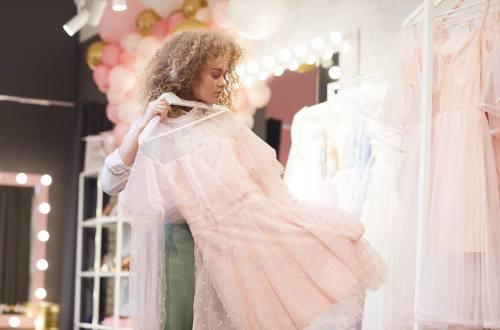 dziewczyna mierząca sukienkę