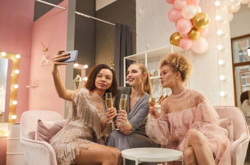 kobiety na sylwestrowej imprezie